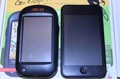 ASG-CM11(左)と初代iPod touch(右)との大きさの比較