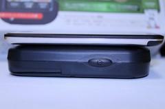 ASG-CM11(下)と初代iPod touch(上)との厚さの比較